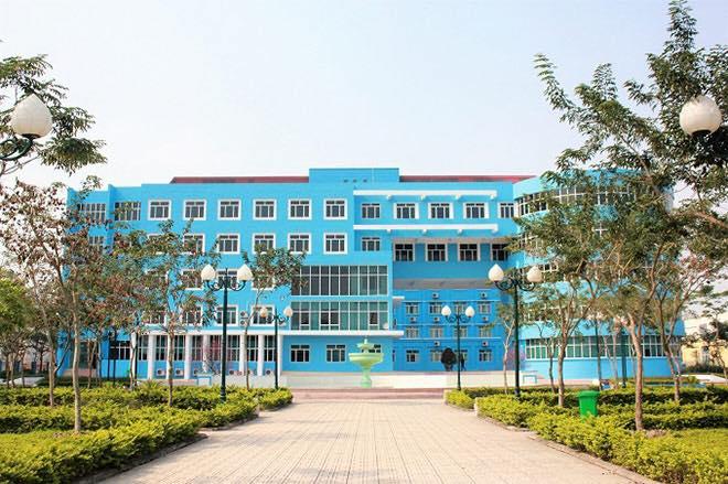Phía trước Sảnh nhà A Trường Đại học Thành Đô